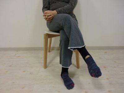 からだケアルーム クオリア 脚を組んで座る